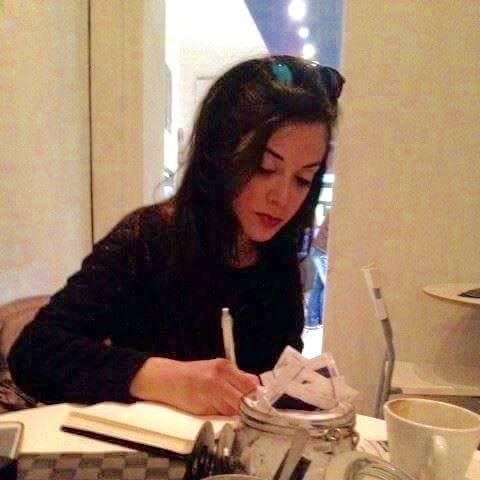 Arini mentre scrive: il suo sesto libro?